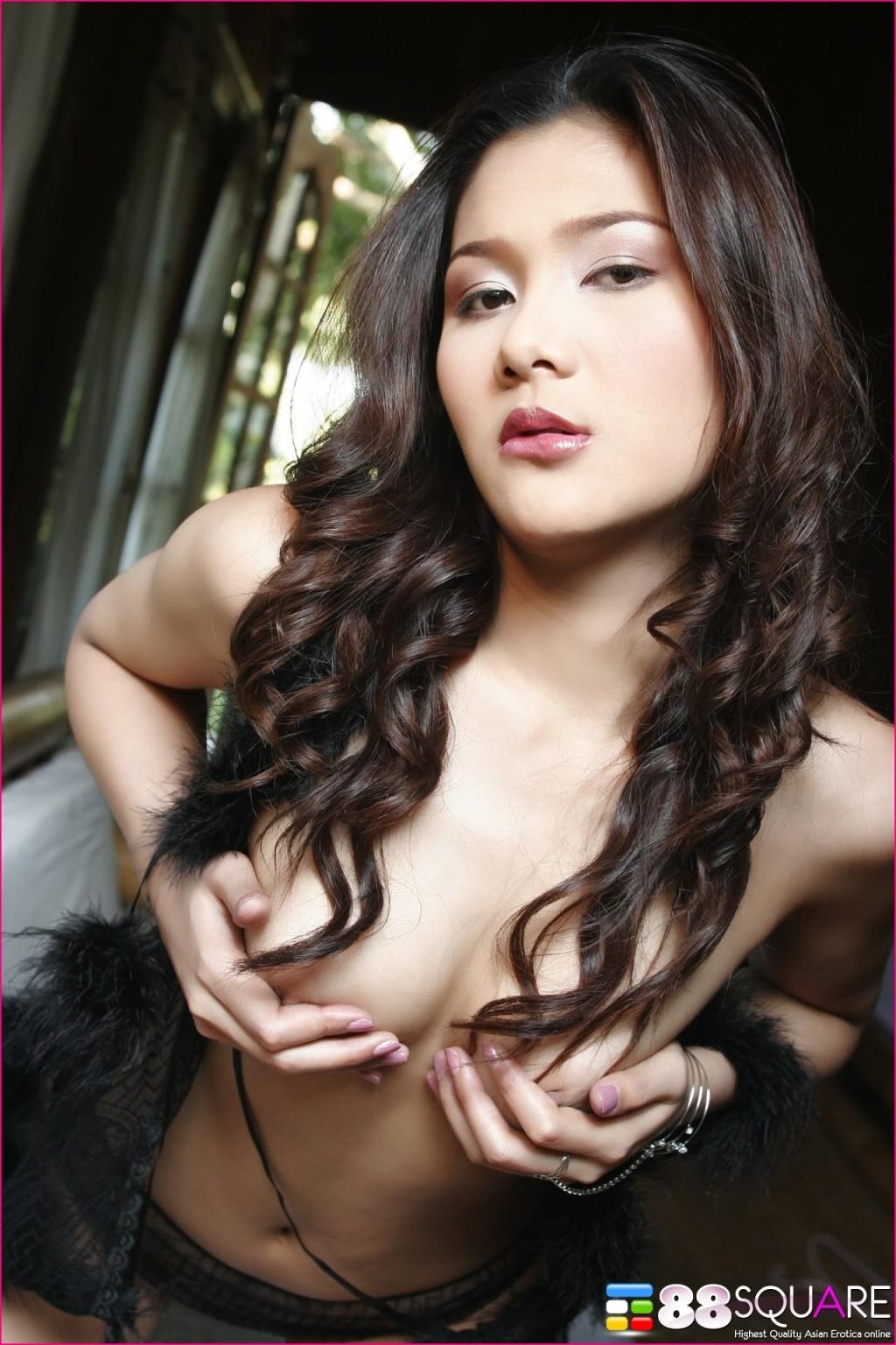 Азиатка с волосатой пиздой освобждается от трусиков