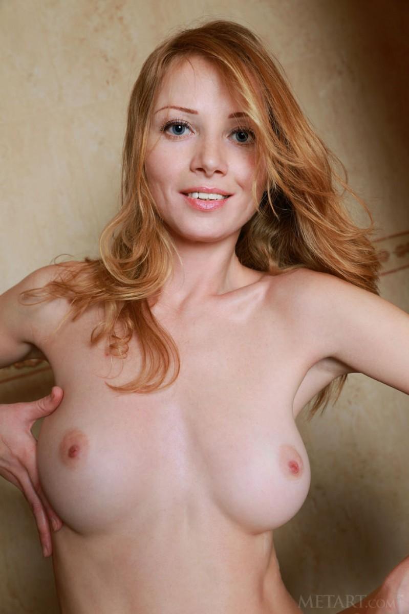 Длинноногая рыжая девушка с красивым телом