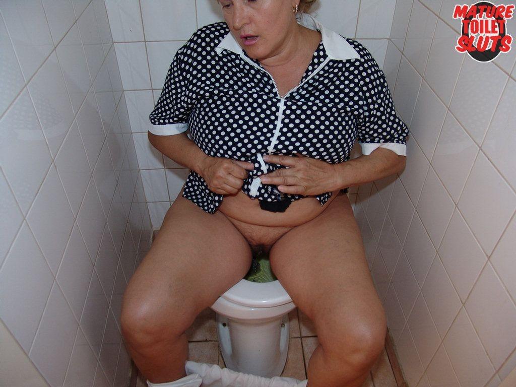 dam-otsosat-v-tualete