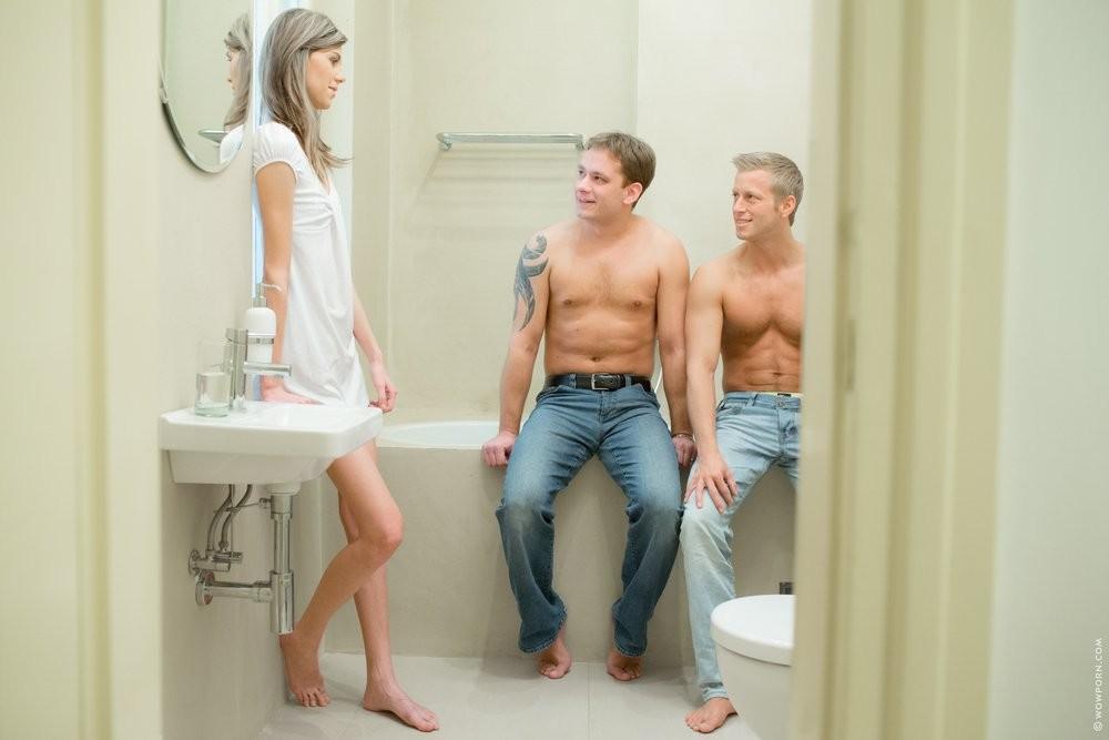 Худая блондинка Алена ебется с двумя парнями в ванной