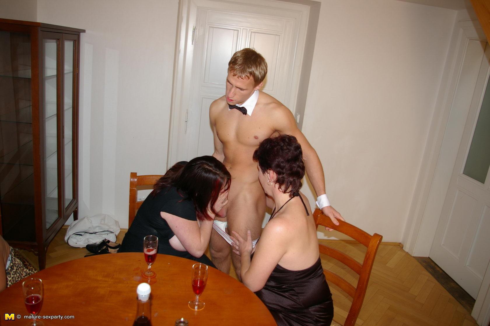 Юноша со зрелой, Порно зрелых с молодыми онлайн бесплатно - Новинки 12 фотография