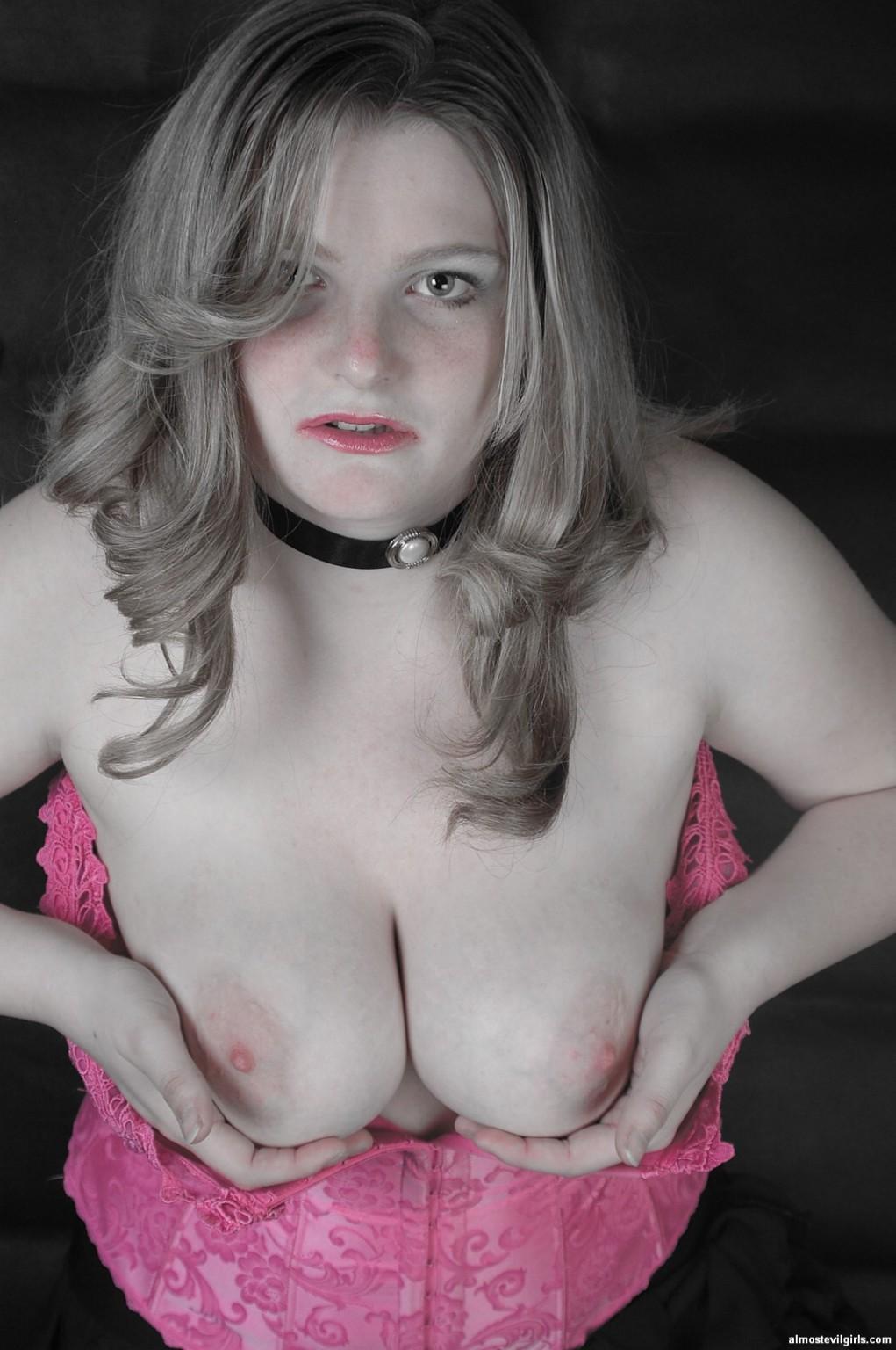 Мэдисон в розовом корсете