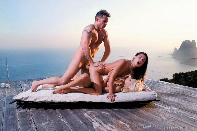 Секс фото на ибице, Голая девушка на пляже Ибицы - фото 2 фотография