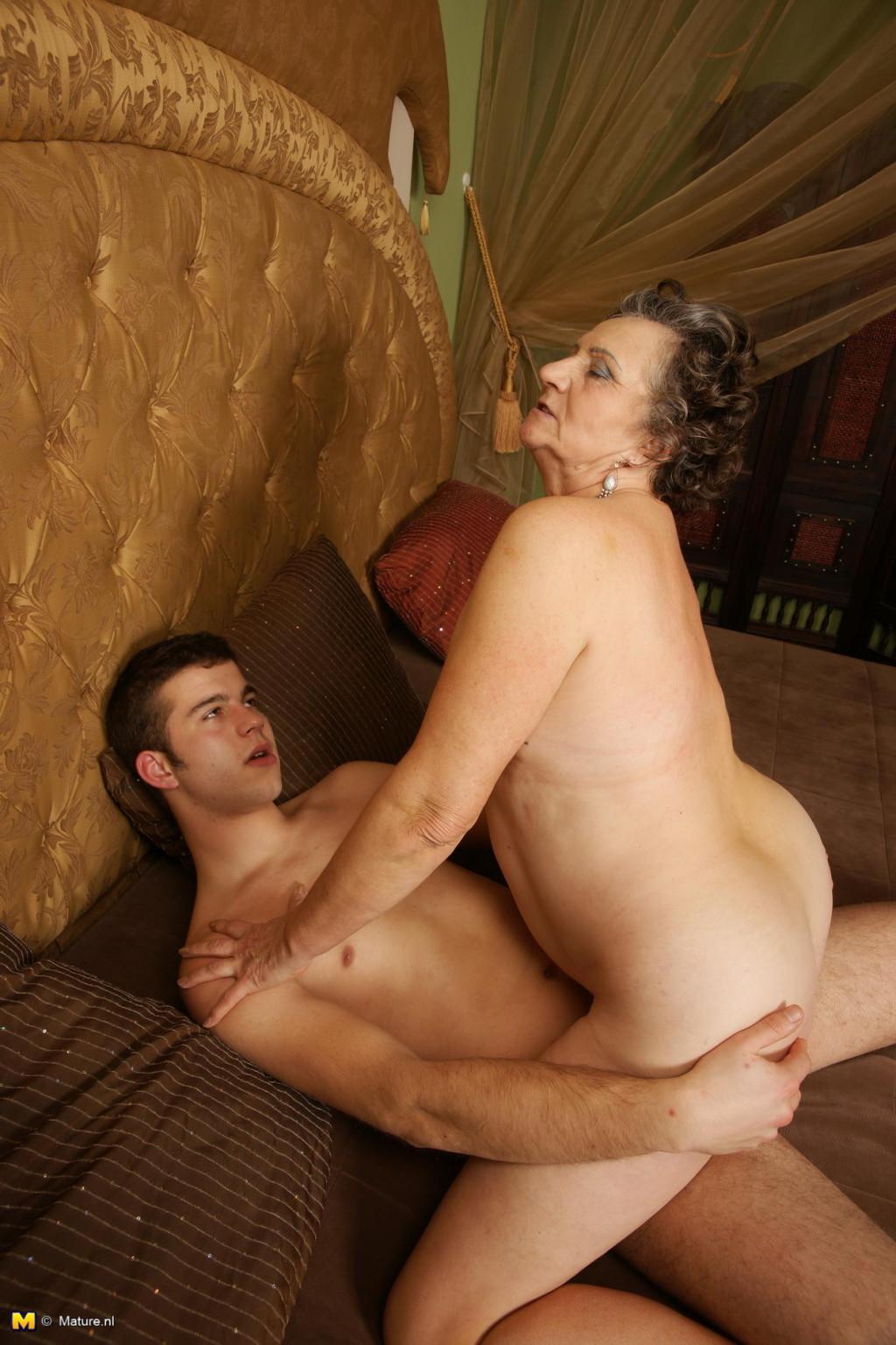 Как старухи занимаются сексом на даче