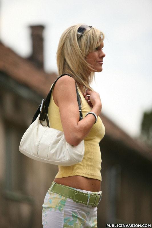 Дал в рот на улице случайной блондинке