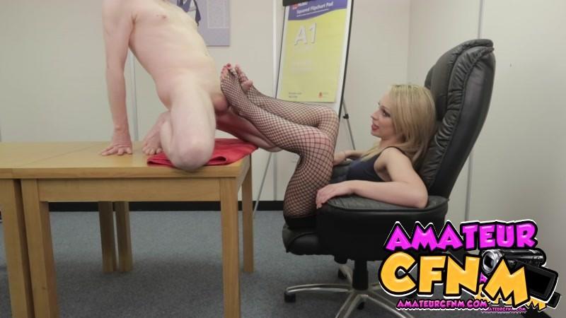 Секретарша сегодня удовлетворяет босса ножками и руками