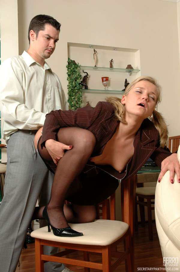 присунул секретарше