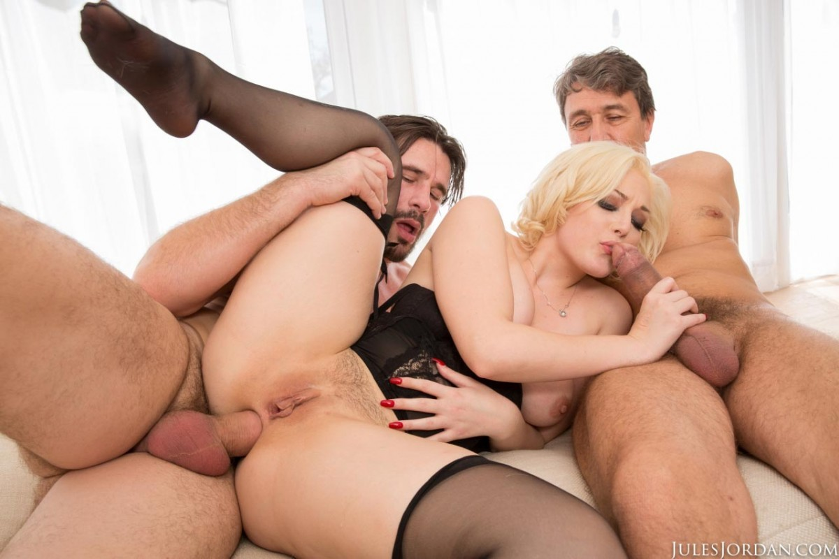 Смотреть порна в две дырки, Блондинка кончила от ебли в две дырки порно видео 13 фотография