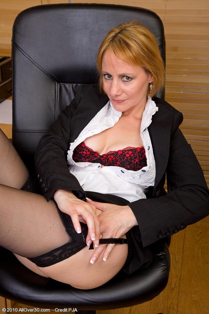 Она мастурбирует на работе