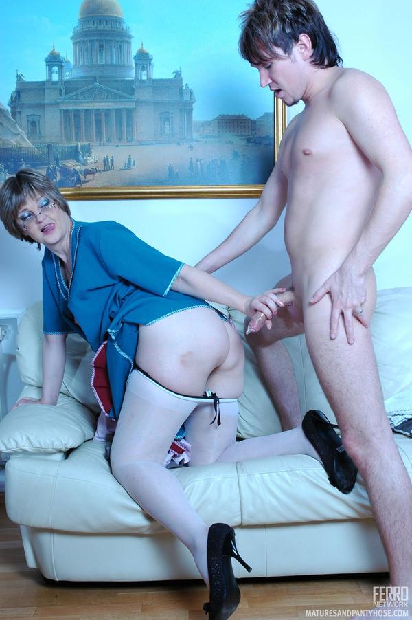 Порно видео зрелая пристает к молодой 95480 фотография