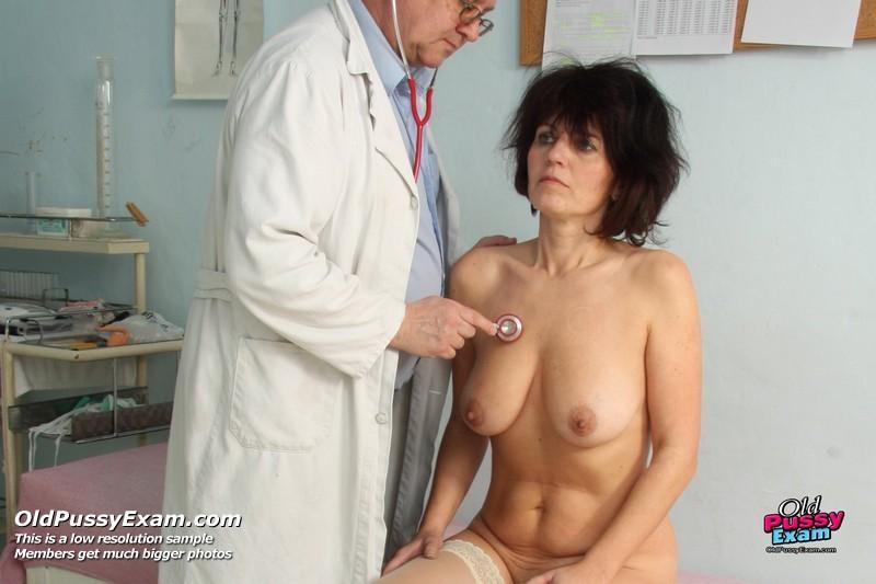 Зрелая женщина пришла к гинекологу, который тщательно осмотрел ее пизду