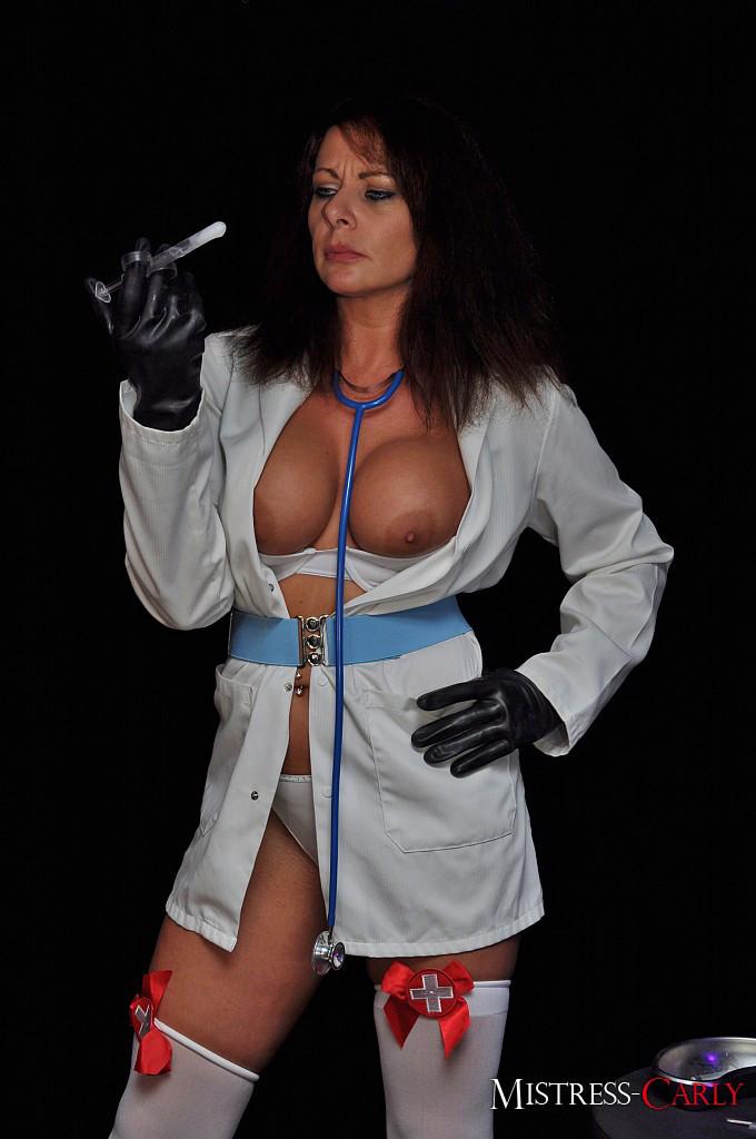 Лысый мужик послушен медсестре