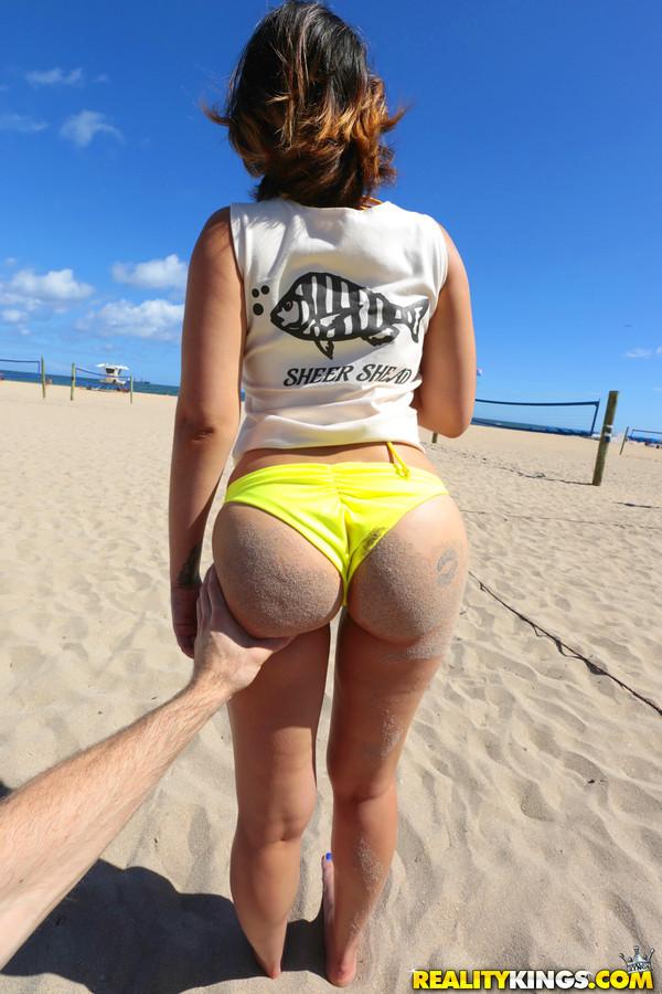 Латинка Трикси познакомилась на пляже с парнем и потрахалась с ним у него дома