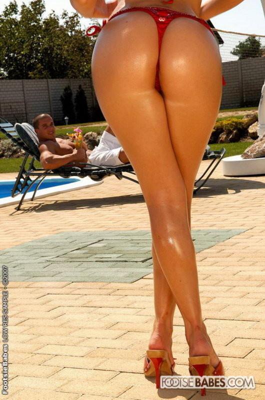 Неплохо проебал ногастую деваху возле бассейна