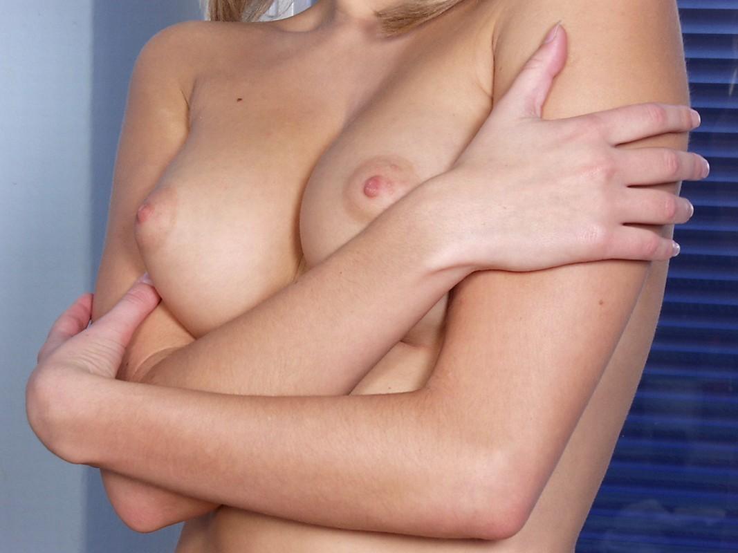 Девушка хочет найти парня с большим членом для своих дырочек