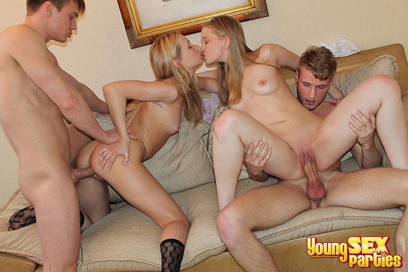 Две девки и два их бойфренда устроили групповуху