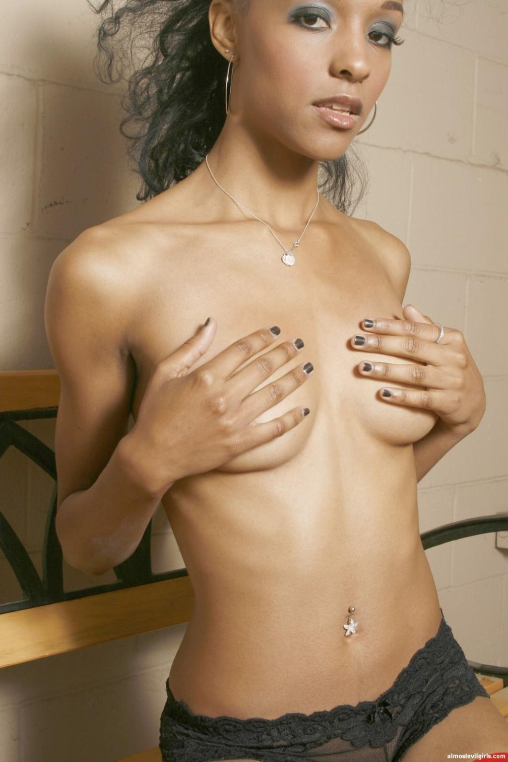 Темнокожая леди показывает свою грудь