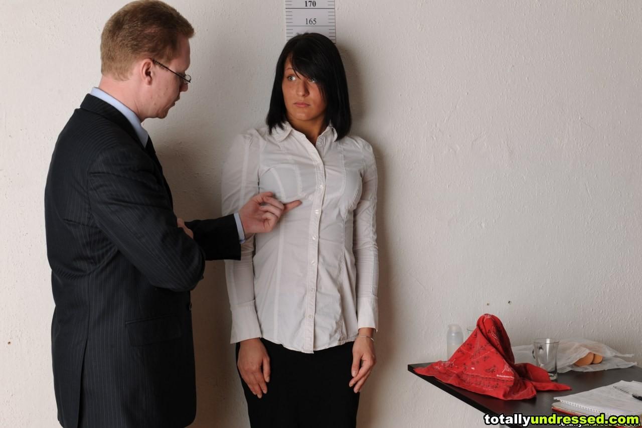 Секретарша проходить собеседование, на котором раздевается