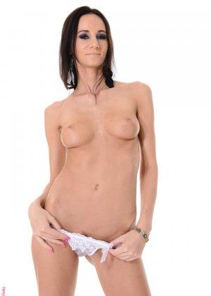 Оголившись Эвелина занялась анальной мастурбацией - фото 1