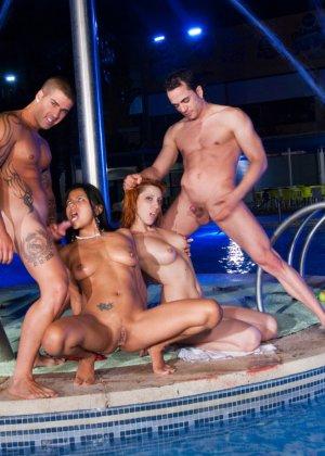 секс в бассейне порно ролики