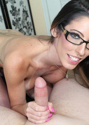 Порно подрочила девушка в очках