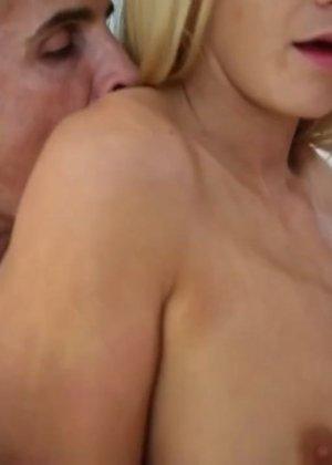 Блондинка массажем удовлетворена