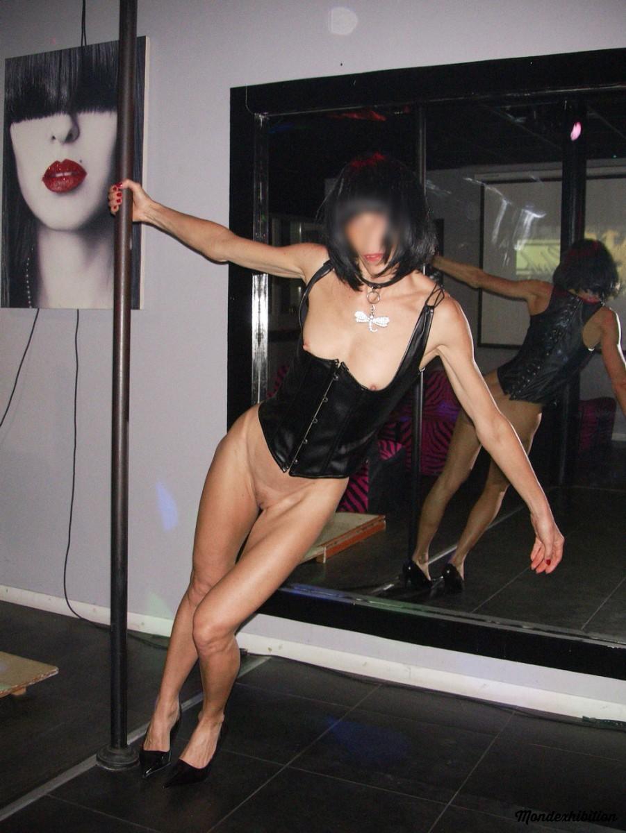 Пьяная женщина решила вспомнить молодость и покружилась около стриптизерского шеста