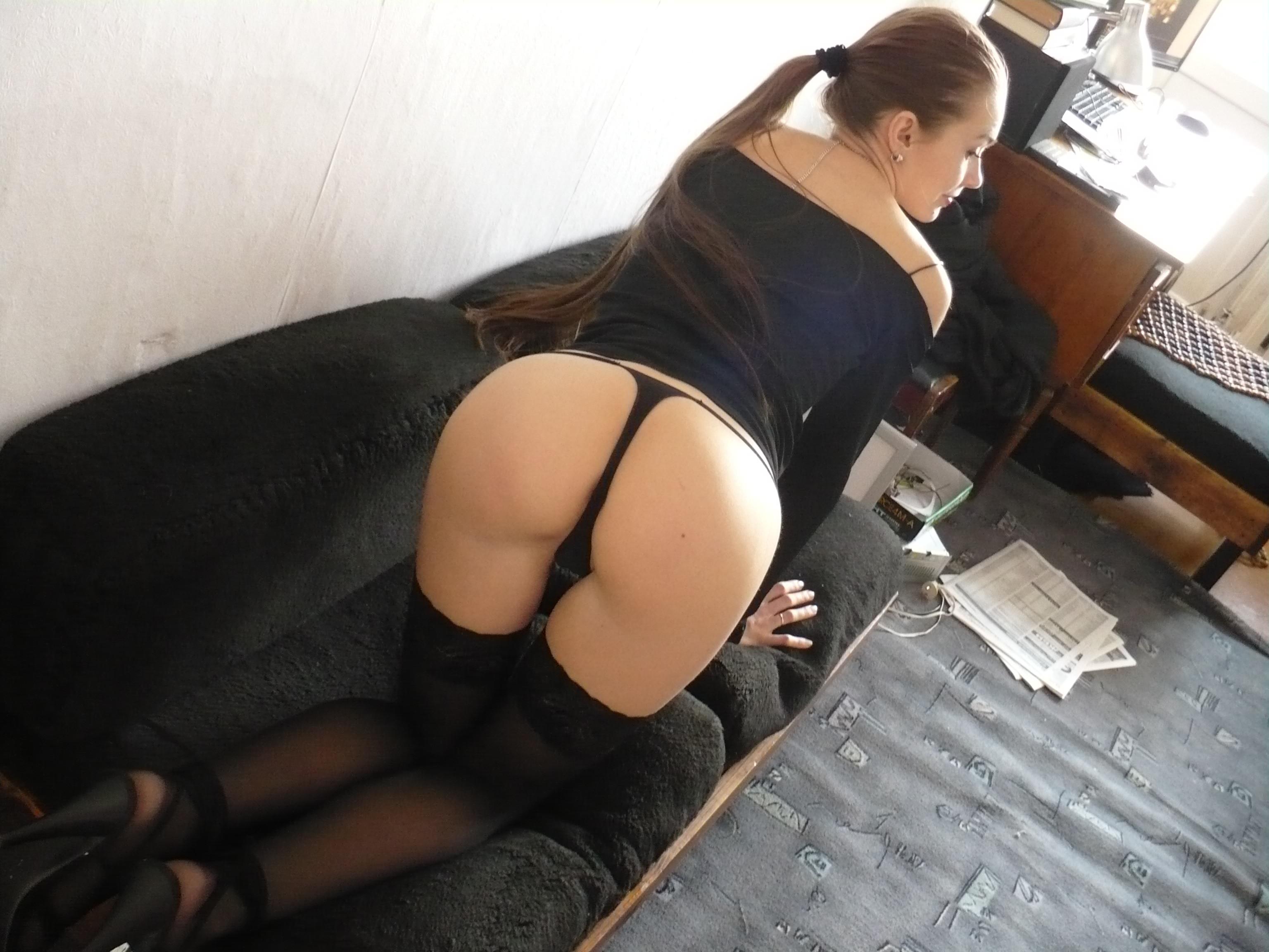 Молодая жена в чулках, чуть-чуть оголяет попку