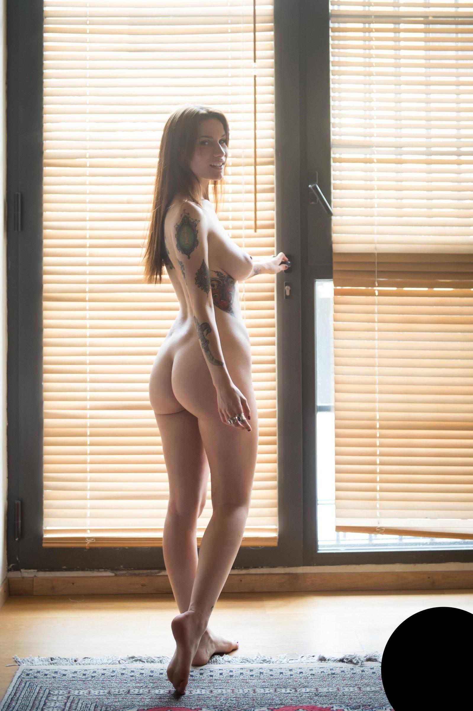 Голая девушка эмо с отличной фигурой