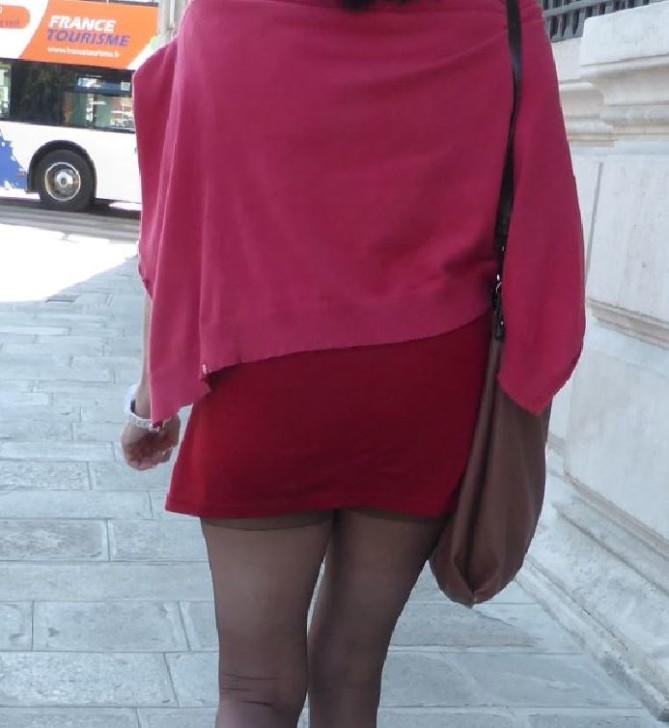 В очень короткой юбке моя жена гуляет по Парижу