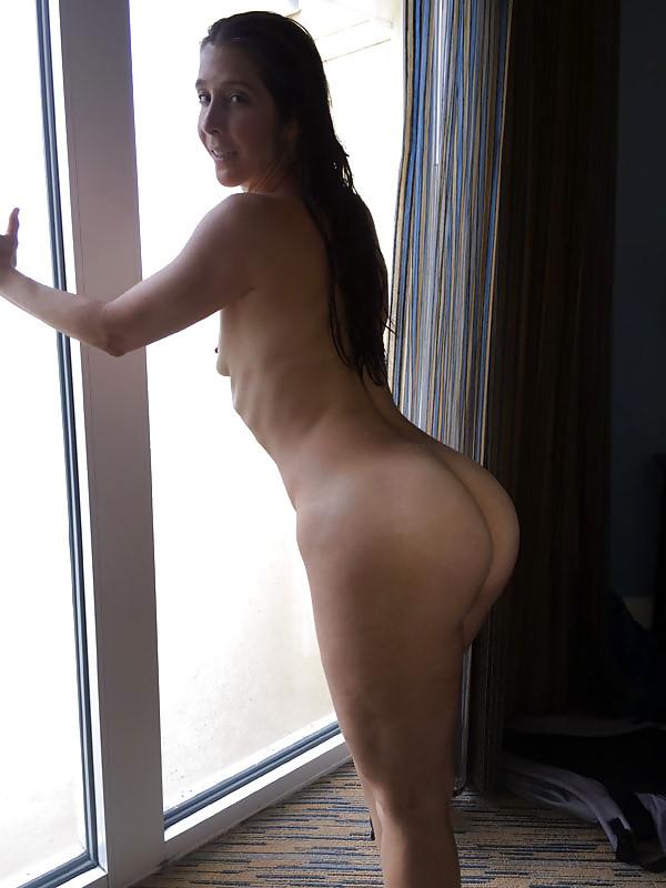 Симпатичная зрелая женщина развлекается с негром