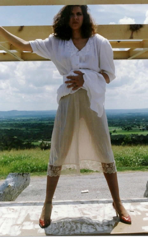 В прозрачном белом платье, без трусиков