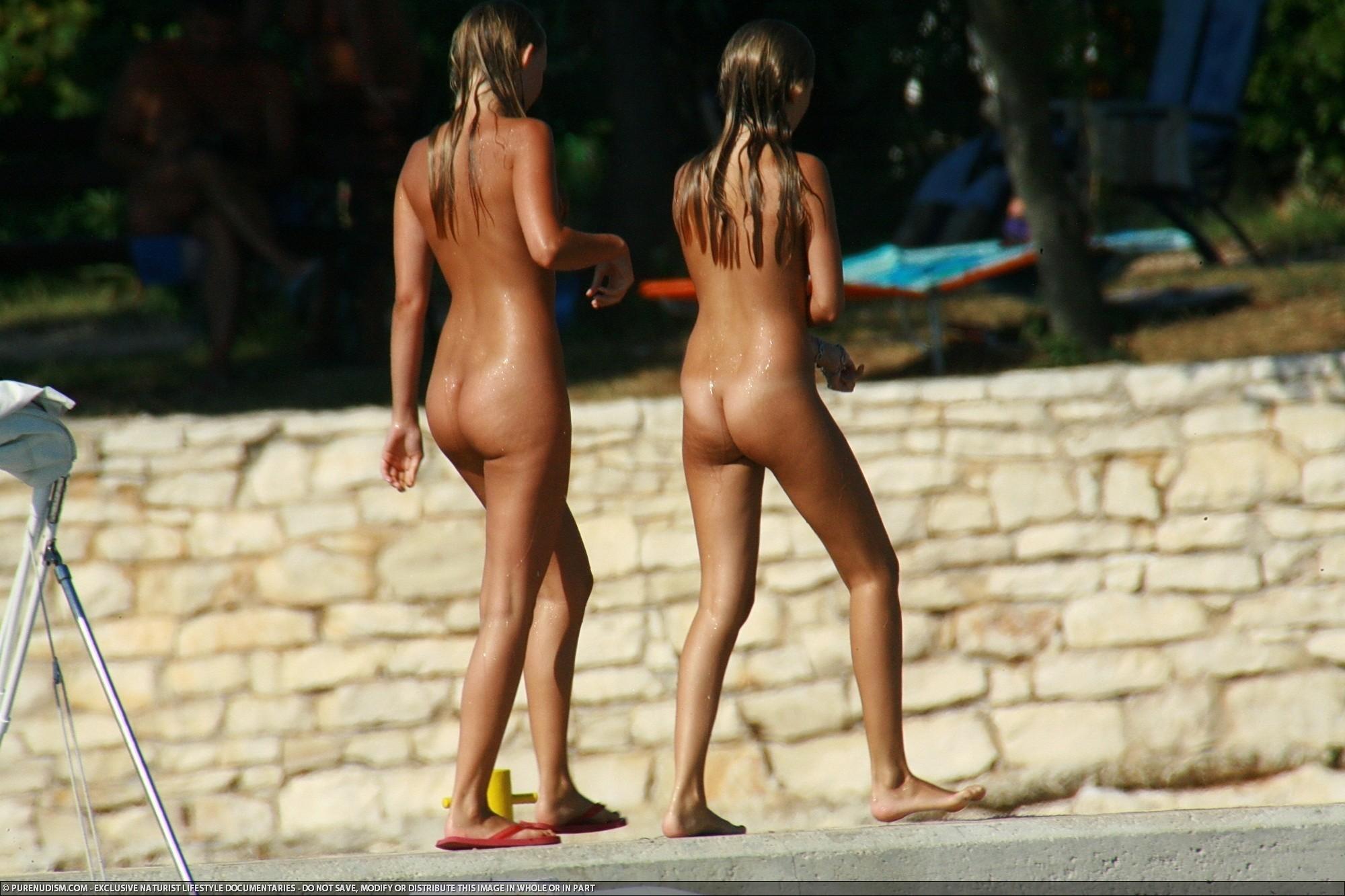 Совершенно голые девушки плавают в общественном бассейне