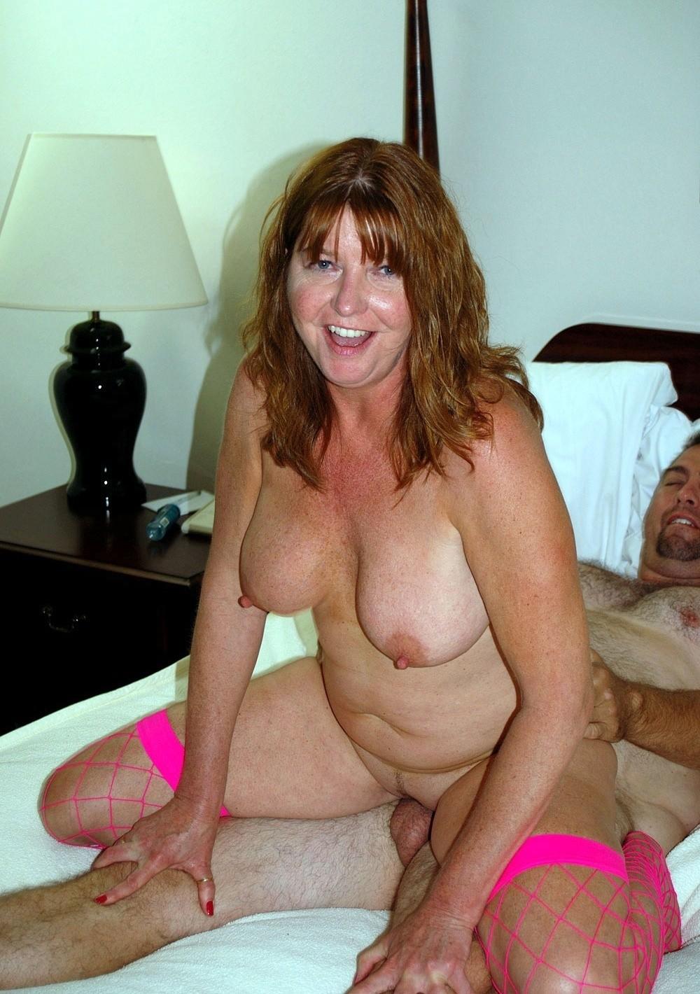 Две пожилые женщины трахаются с негром