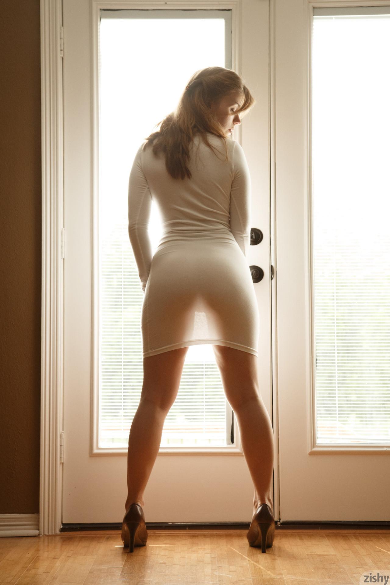 В прозрачном платье на солнце