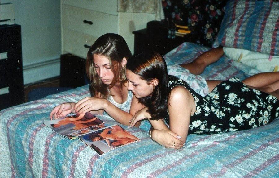 Приключения молодых лесбиянок на кровати