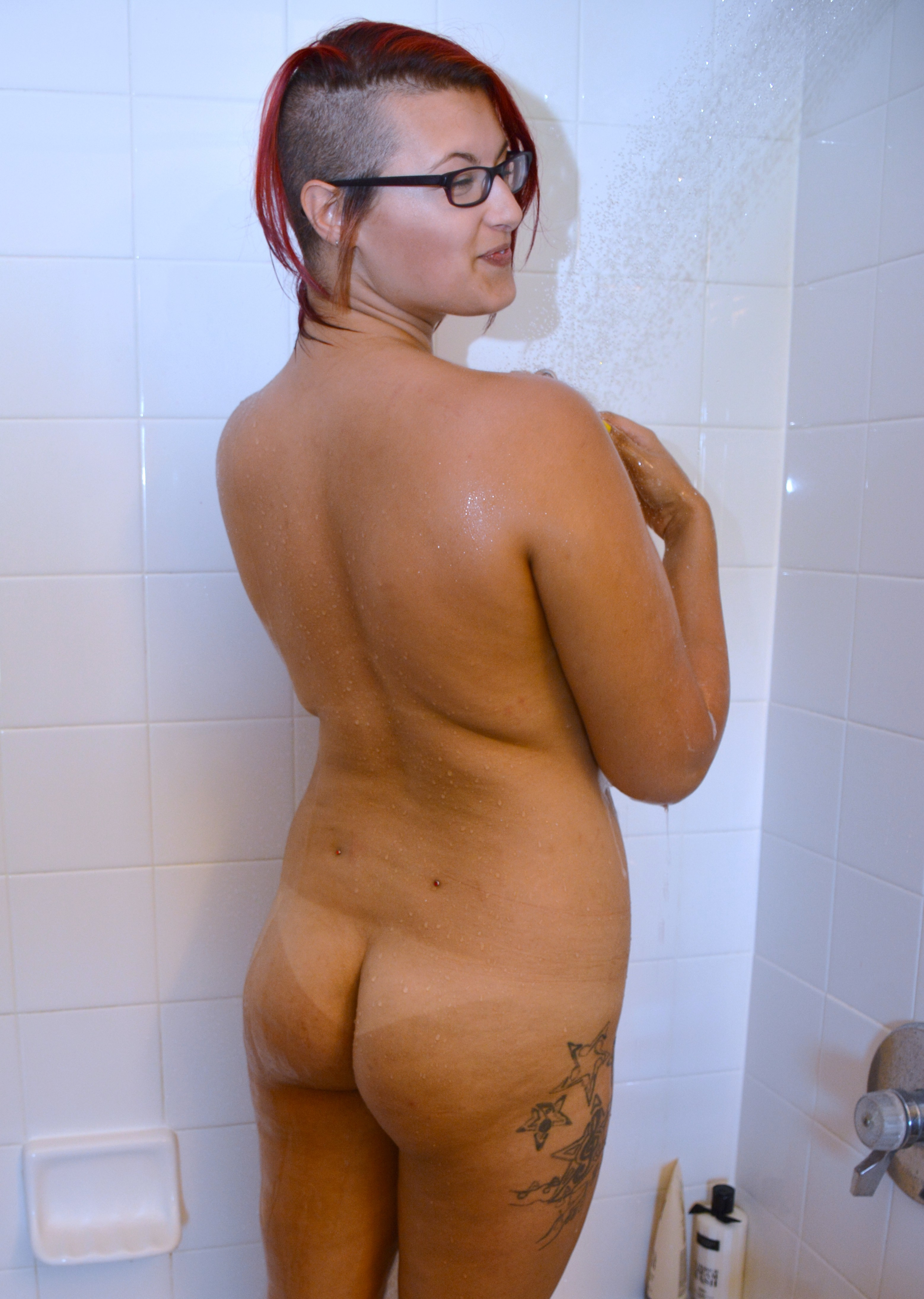 Эмили принимает душ