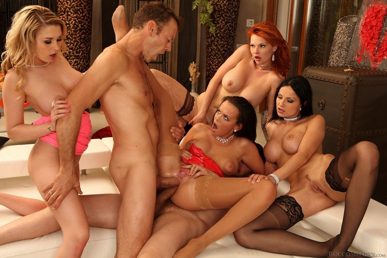 Одна красотка на шестерых смотреть порно ролик