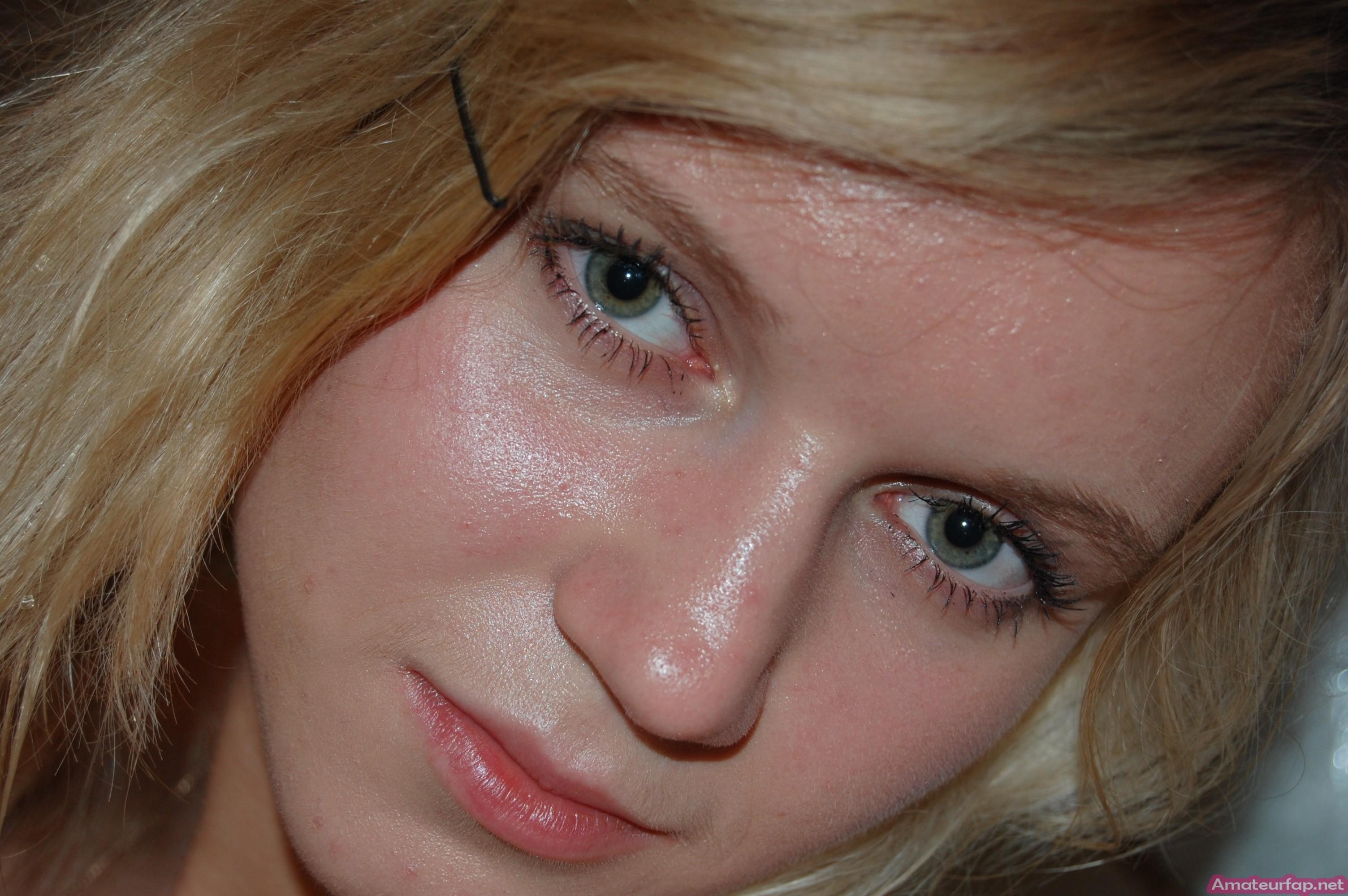 Голая блондинка с красивыми сиськами делает фото в ванной