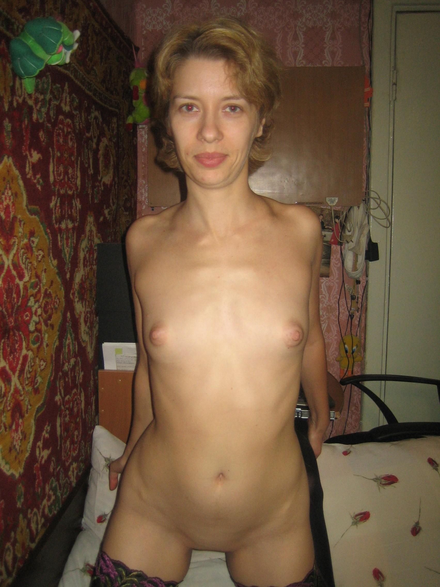 Интимные фото коротковолосой блондинки с маленькими титьками