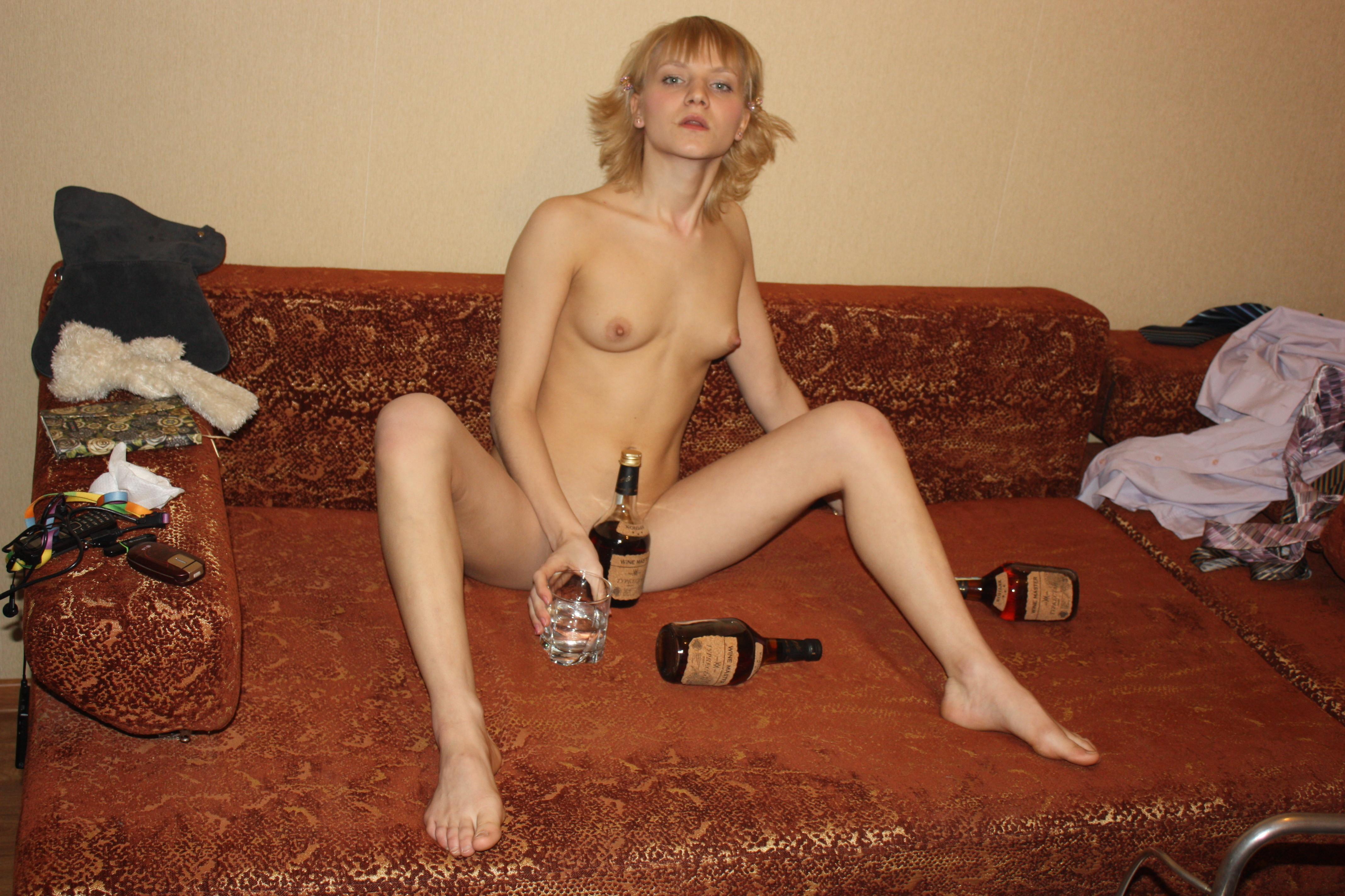 Голая подруга на диване
