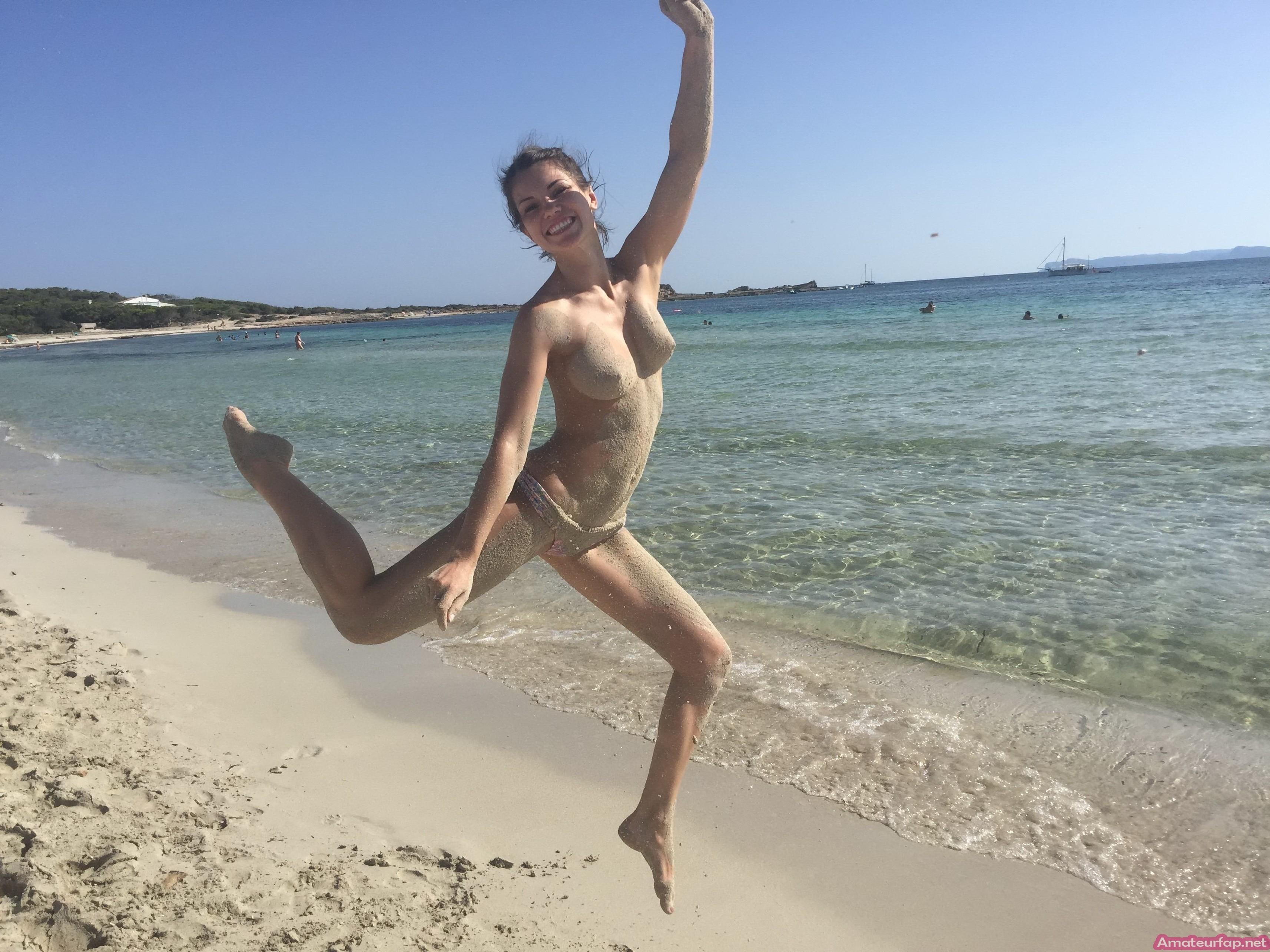 У Сары много фото с голыми сиськами