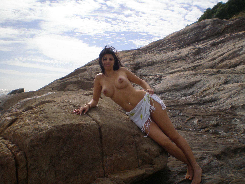 Латина в походе с мужем позирует голая