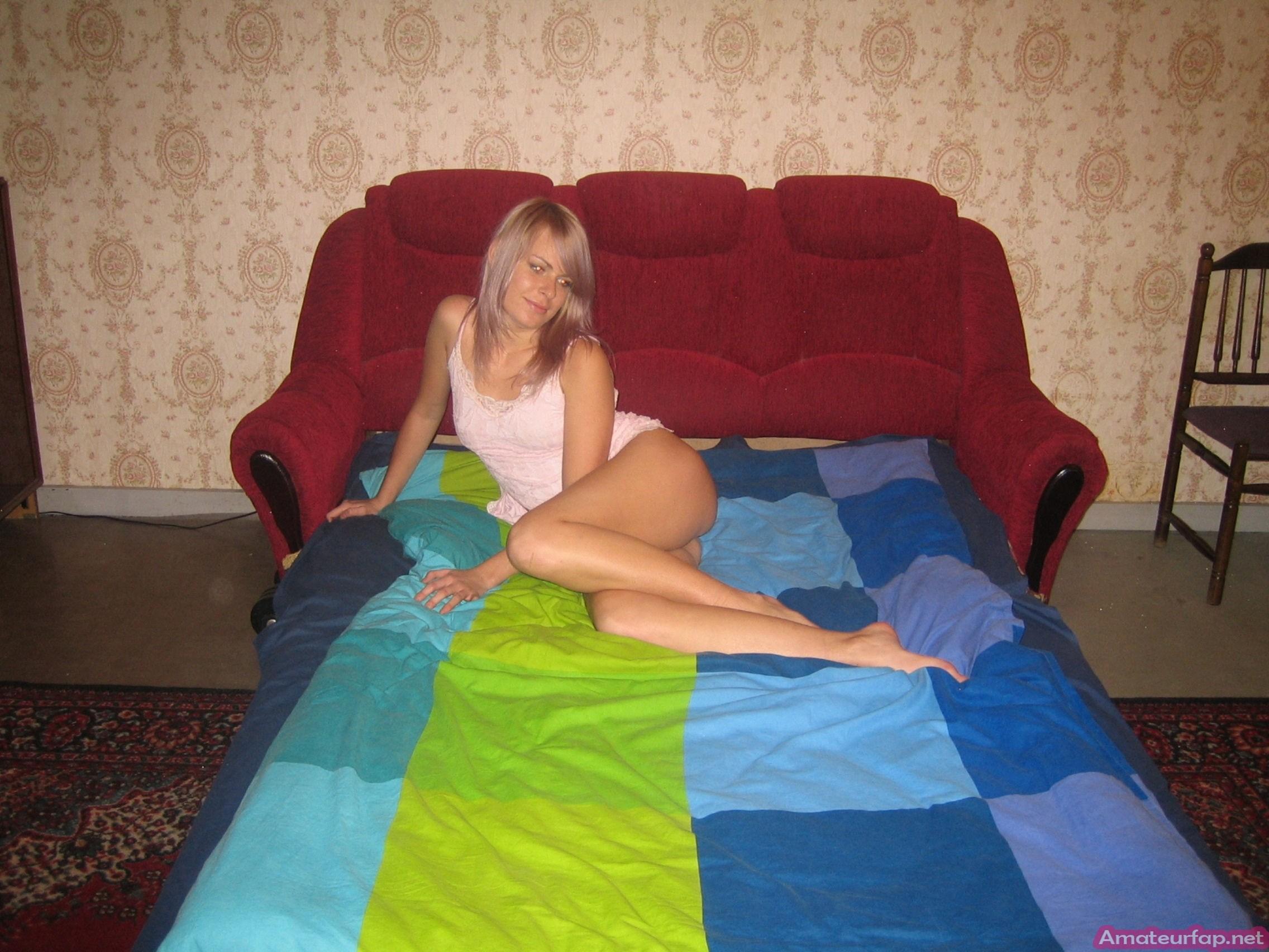 Подруга сексуально позирует в кровати