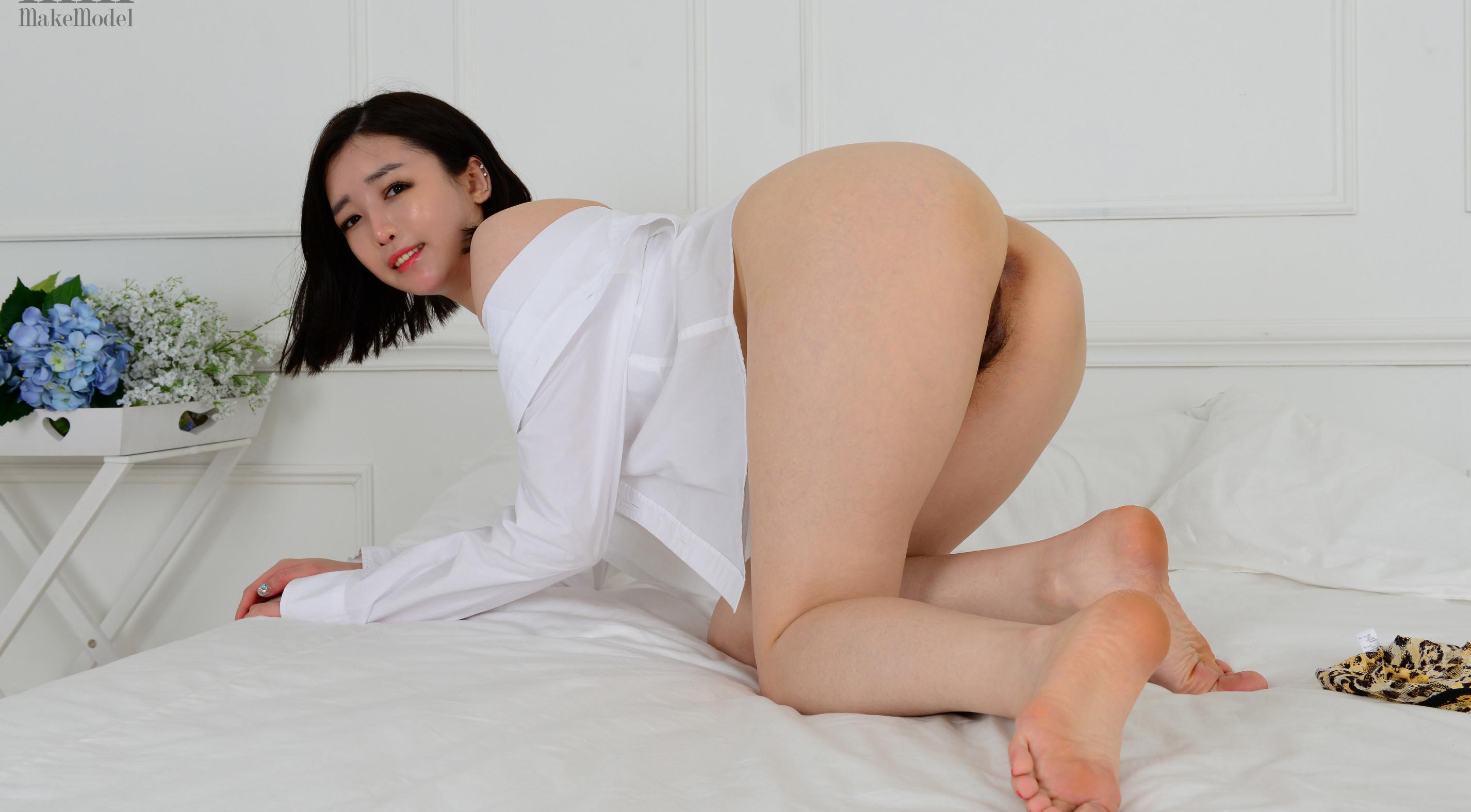 Азиатка раздвинула ноги показав пушистую пизду
