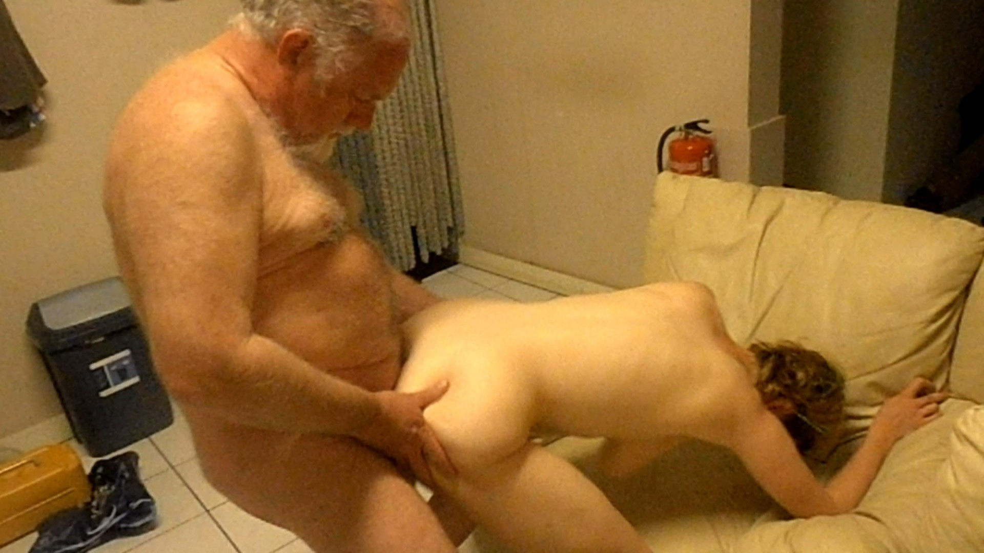 starie-muzhiki-trahayut-molodih-porno