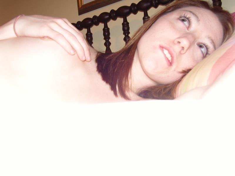 Голая телочка в очках показывает пизду на кровати