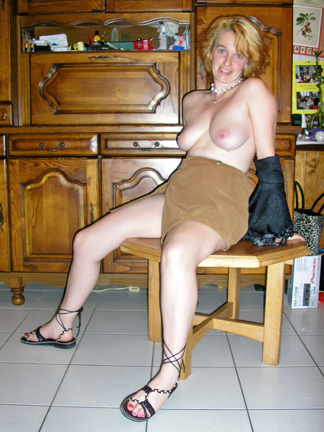 Зрелая рыжеволосая женщина оголилась на кухонном столе
