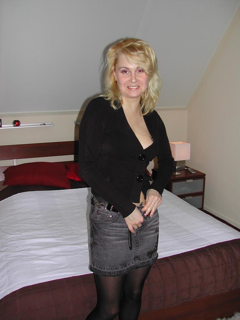 Белокурая итальянка раздевается в спальне