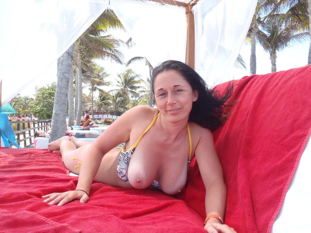 Зрелые пляжницы в бикини